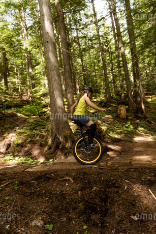 Side view of woman unicycling on trailの写真素材 [FYI02239288]