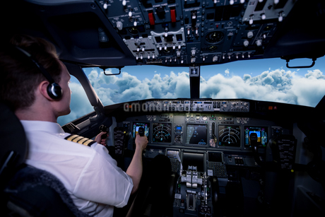 Male pilot flying airplane from cockpitの写真素材 [FYI02239337]