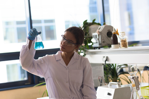 Teenage girl performing chemistry experimentの写真素材 [FYI02239363]