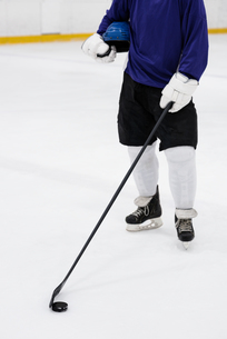 Low section of player with hockey stick at ice rinkの写真素材 [FYI02239422]