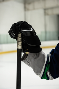 Cropped hand of player holding ice hockey stickの写真素材 [FYI02239429]