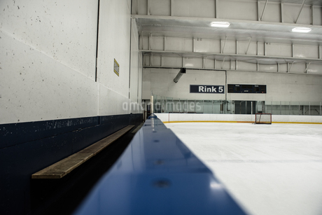 Illuminated ice hockey rinkの写真素材 [FYI02239439]