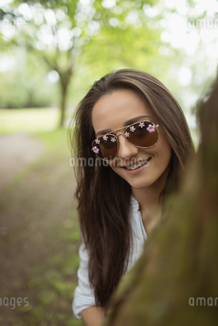 Portrait of woman posing on tree trunkの写真素材 [FYI02239453]