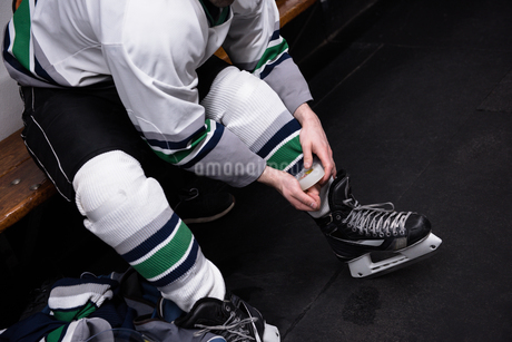 Low section of hockey player wearing ice skateの写真素材 [FYI02239487]