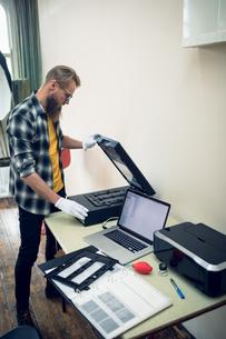Photographer keeping negative frame in machineの写真素材 [FYI02239489]