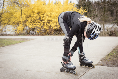 Woman wearing roller skatesの写真素材 [FYI02239501]