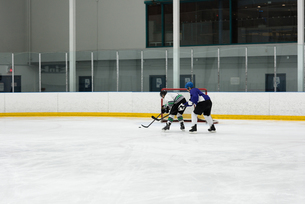 Players playing ice hockeyの写真素材 [FYI02239558]