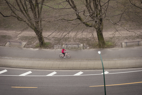 Woman cycling in the roadの写真素材 [FYI02239585]