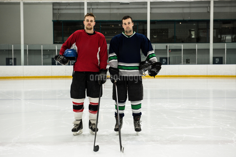 Portrait of ice hockey players at rinkの写真素材 [FYI02239607]