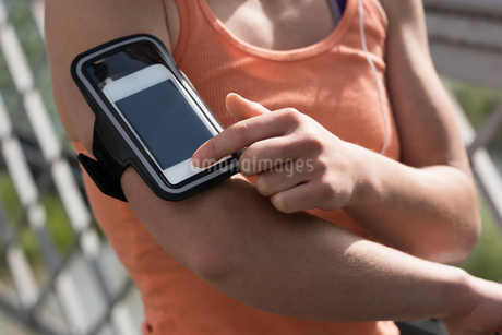 Midsection of woman touching mobile phoneの写真素材 [FYI02239627]