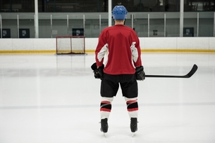 Rear view of hockey player at ice rinkの写真素材 [FYI02239634]