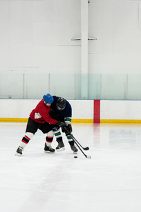 Full length of players playing ice hockeyの写真素材 [FYI02239717]