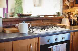 Modular kitchen with teapot at homeの写真素材 [FYI02239728]