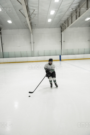 Full length of player practicing ice hockeyの写真素材 [FYI02239755]