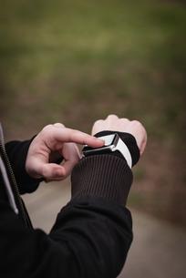 Womans hand using smartwatchの写真素材 [FYI02239773]
