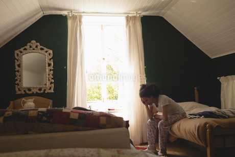 Stressed woman sitting in the bedroomの写真素材 [FYI02239802]