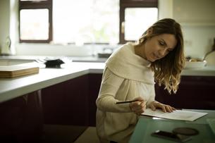 Woman reading documentの写真素材 [FYI02239852]