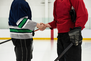 Mid section of hockey players shaking hands at rinkの写真素材 [FYI02239854]