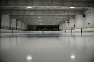 Empty ice hockey rinkの写真素材 [FYI02239880]