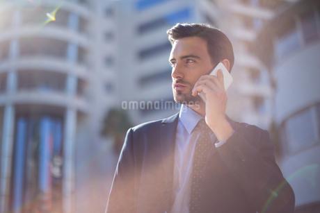Businessman talking on mobile phoneの写真素材 [FYI02239885]