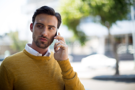 Man talking on mobile phone on a sunny dayの写真素材 [FYI02239900]
