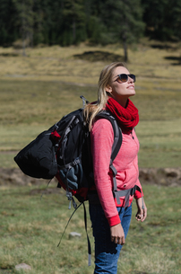 Side view of female hiker with sunglassesの写真素材 [FYI02239936]