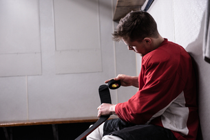 Male player taping ice hockey stickの写真素材 [FYI02239953]