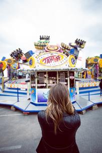 Woman standing in amusement parkの写真素材 [FYI02240024]