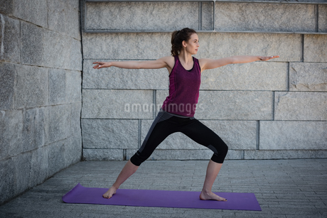 Woman with performing stretching exercise in fitness studioの写真素材 [FYI02240034]