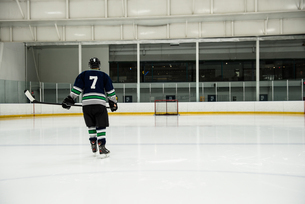 Rear view of player holding ice hockey stickの写真素材 [FYI02240059]