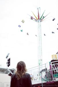 Woman standing in amusement parkの写真素材 [FYI02240068]