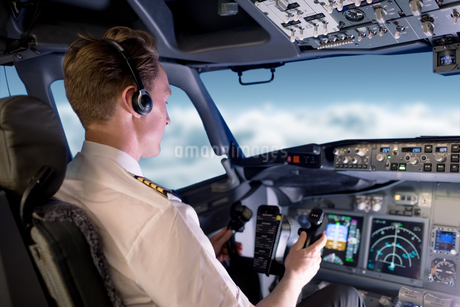 Young male pilot flying airplaneの写真素材 [FYI02240073]
