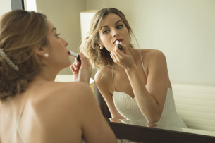 Bride applying her makeup doing her wedding preparationの写真素材 [FYI02240076]