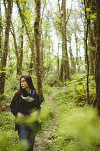 Woman hiking in countrysideの写真素材 [FYI02240082]