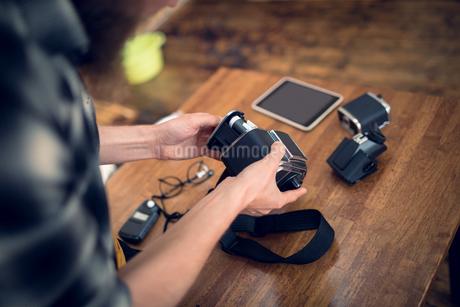 Photographer removing camera reelの写真素材 [FYI02240084]