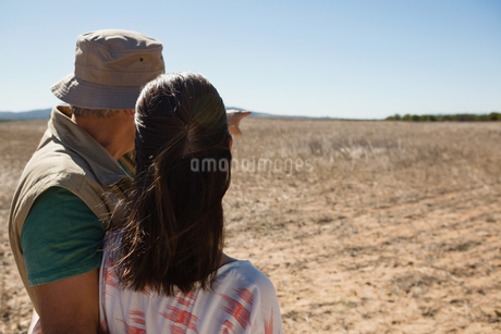 Man with woman pointing at landscapeの写真素材 [FYI02240143]