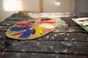 Close-up of colorful palette on wooden tableの写真素材 [FYI02240165]