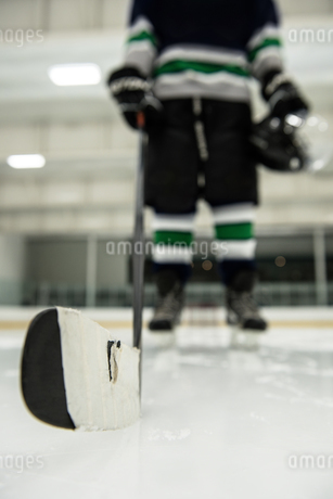 Low section of male player holding hockey stickの写真素材 [FYI02240295]