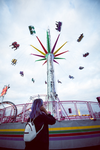 Woman standing in amusement parkの写真素材 [FYI02240315]