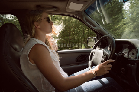 Young woman driving carの写真素材 [FYI02240347]