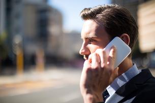 Businessman talking on mobile phoneの写真素材 [FYI02240366]