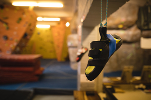 Footwear hanging in gymの写真素材 [FYI02240407]