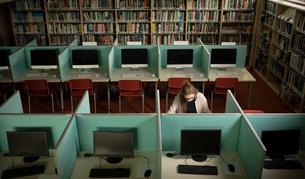Woman sitting at deskの写真素材 [FYI02240531]