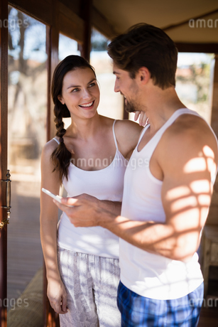 Happy couple using digital tablet in cottageの写真素材 [FYI02240598]