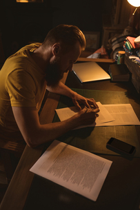 Man sitting on chair writing a letterの写真素材 [FYI02240632]