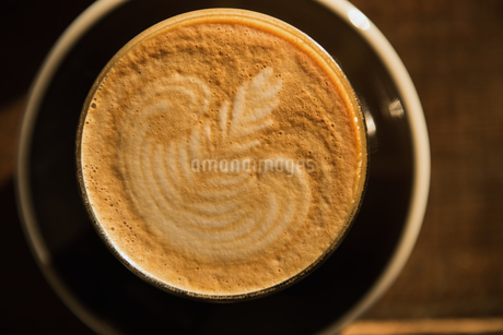 Creamy espresso on tableの写真素材 [FYI02240659]