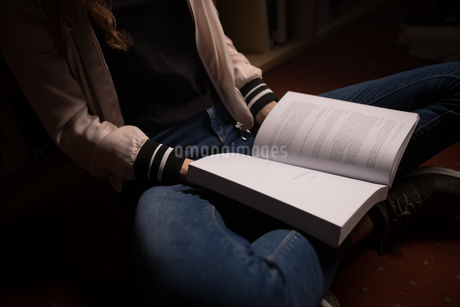 Woman reading book in library roomの写真素材 [FYI02240661]