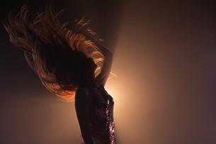 Carefree woman dancing in the studioの写真素材 [FYI02240701]