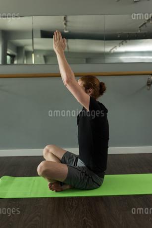 Man practicing yoga on exercise matの写真素材 [FYI02240720]