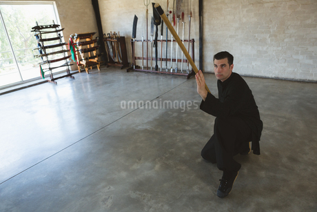 Kung fu fighter practicing with long poleの写真素材 [FYI02240721]